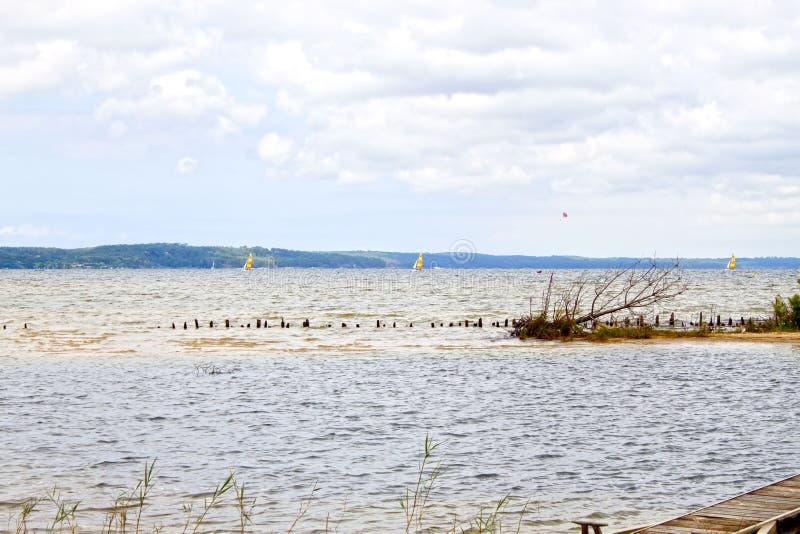 Segla fartyg i en sjö i sommar arkivbilder