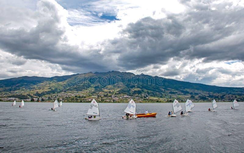 Segla fartyg i San Pablo sjön royaltyfri bild