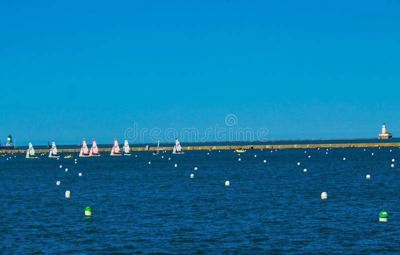 Segla fartyg i sjön arkivfoton