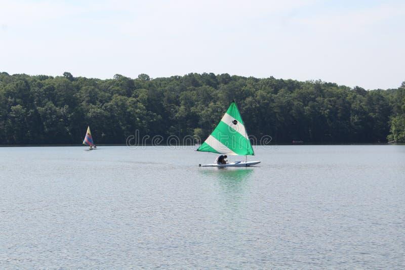 Segla fartyg i sjön royaltyfri foto