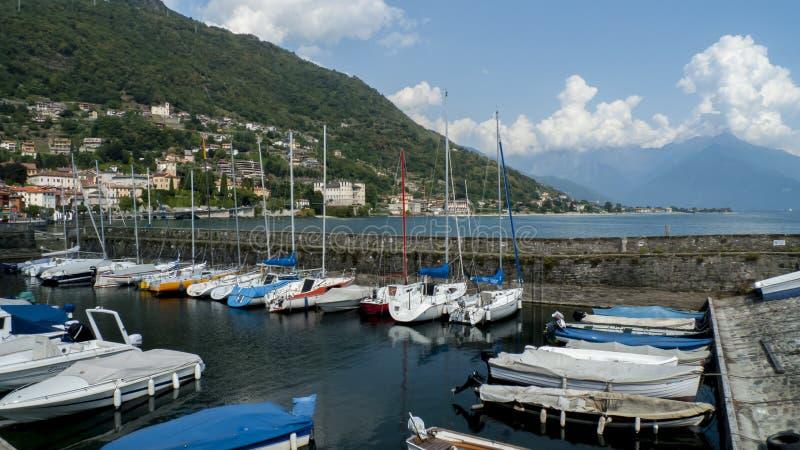 Segla fartyg, skepp, i den lilla hamnen av Gravedona, i sjön Como, Italien royaltyfria foton