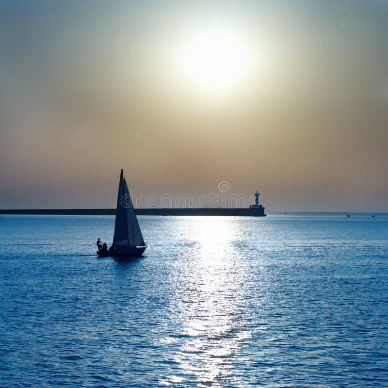 Segla fartyget mot solnedgång royaltyfria foton