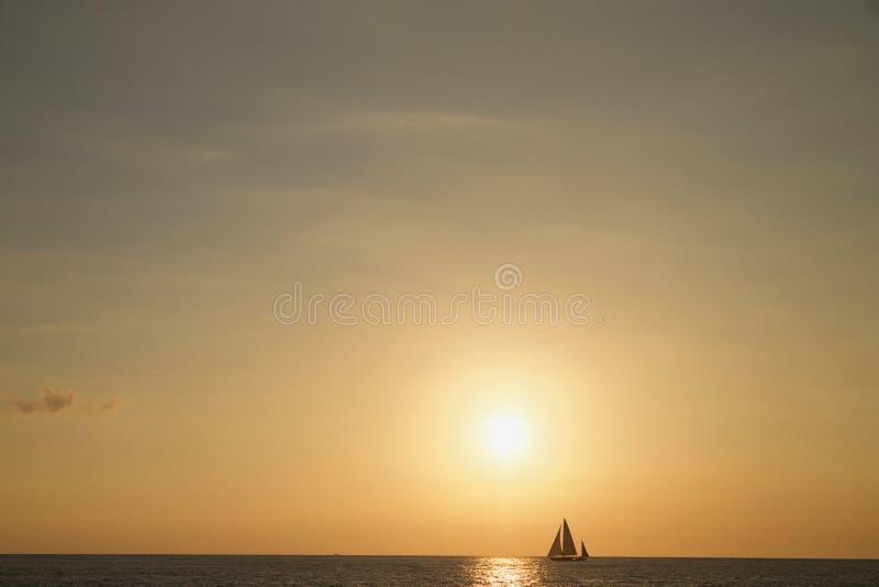 Segla fartyget på solnedgången av den Waikiki stranden, Hawaii royaltyfria bilder