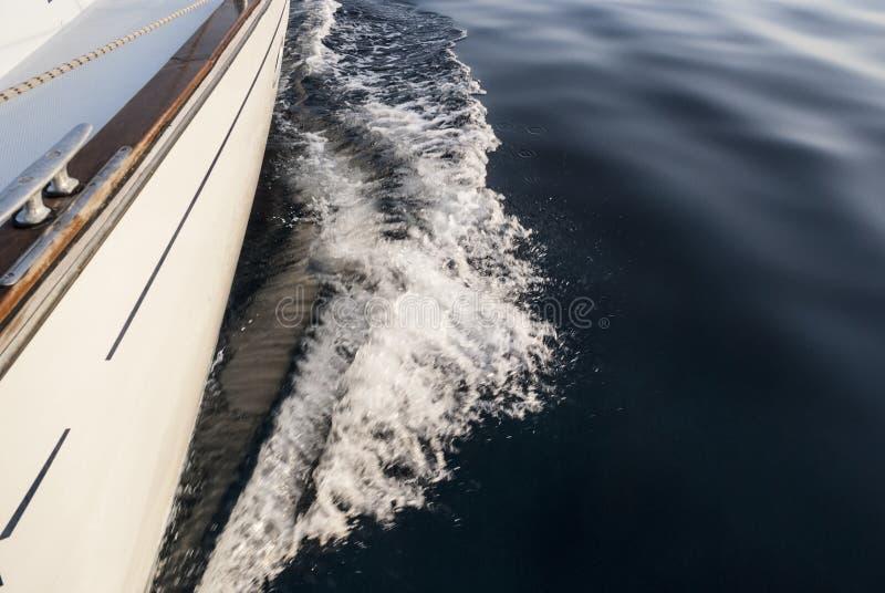 Segla full hastighet för yacht framåt royaltyfri bild
