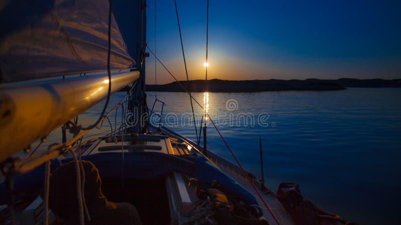 Segla in i solnedgång royaltyfri fotografi