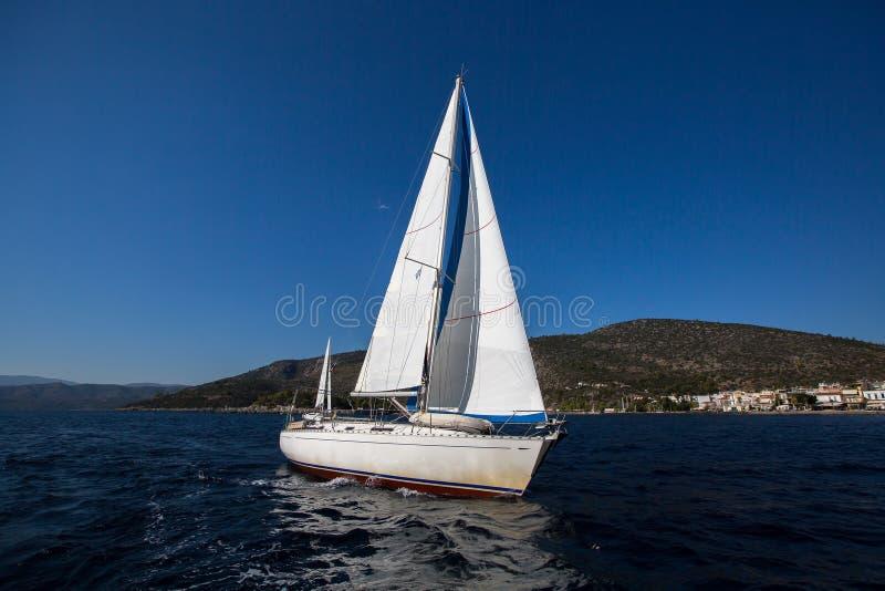 Segla i vinden på havet lyx royaltyfria foton