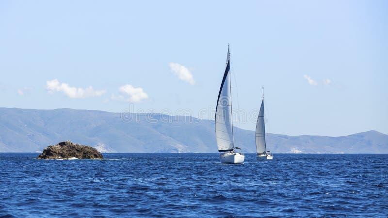 Segla i vinden till och med vågorna på det Aegean havet i Grekland royaltyfri bild
