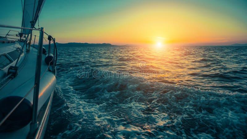 Segla i vinden till och med vågorna på det Aegean havet i Grekland på skymning royaltyfria bilder