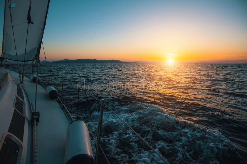 Segla i vinden till och med vågorna på havet royaltyfri bild