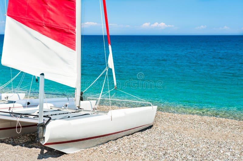 Segla katamaran på stranden royaltyfri bild