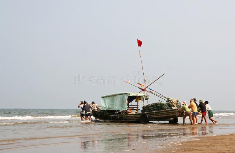 Segla med bambufartyget i Vietnam royaltyfri fotografi