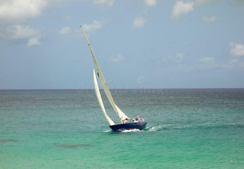 Segla på en blåsig dag i de lovart- öarna royaltyfria bilder