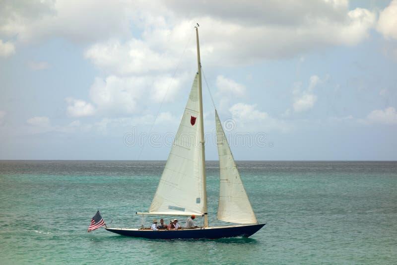 Segla på en blåsig dag i de lovart- öarna arkivfoto