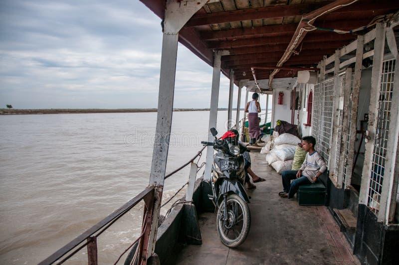 Segla på färjan på den Irrawaddy floden royaltyfria foton