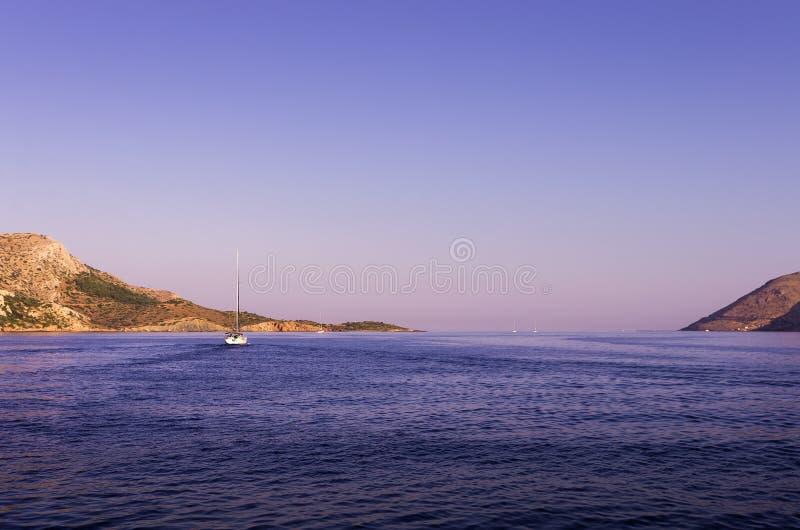 Segla på gryning i det Aegean havet, färgar Grekland, med härliga ottafärger arkivbild