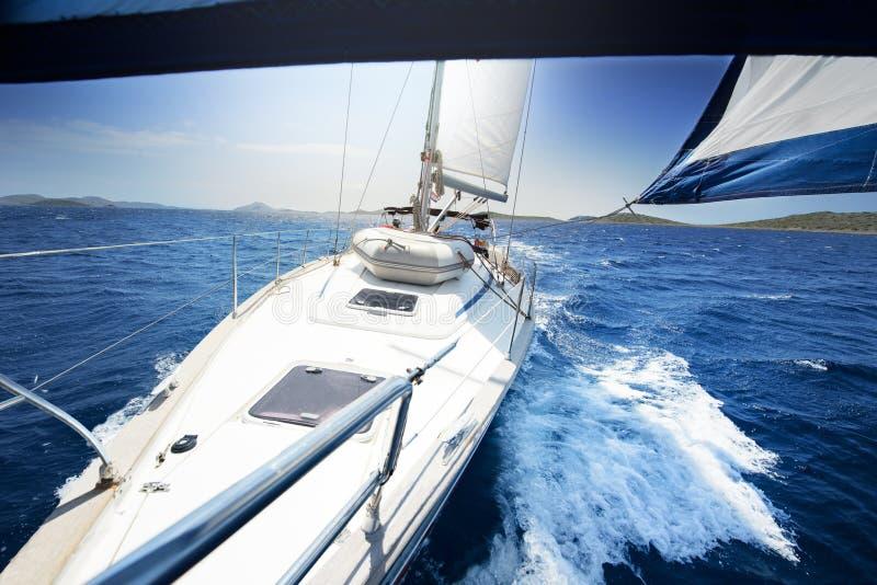 Segla på yachten på den soliga dagen royaltyfria bilder
