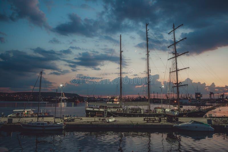 Segla port och den härliga solnedgången över Varna, Bulgarien SegelbåtH royaltyfri fotografi