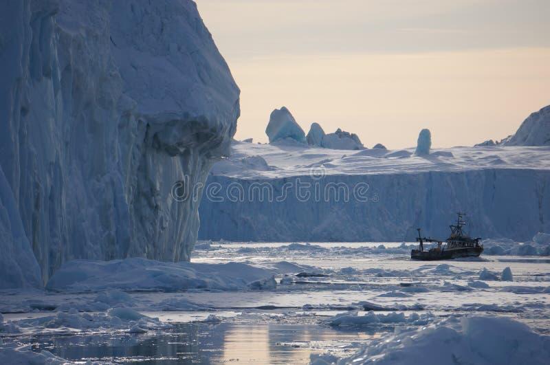 Segla till och med isberg royaltyfria bilder