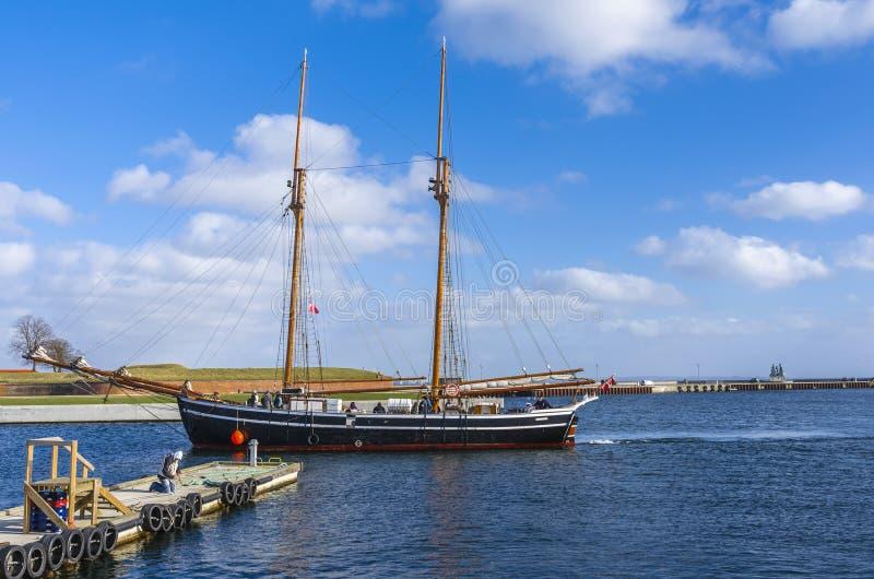 Segla träfartyget arkivbild