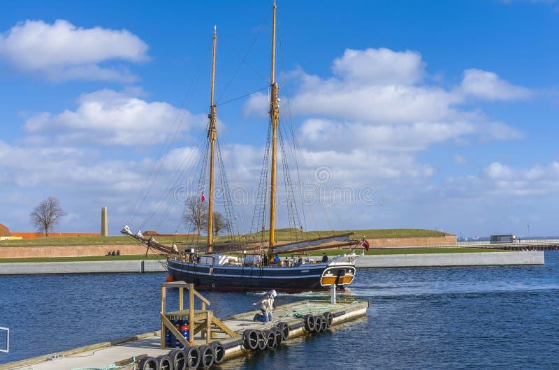 Segla träfartyget royaltyfri bild