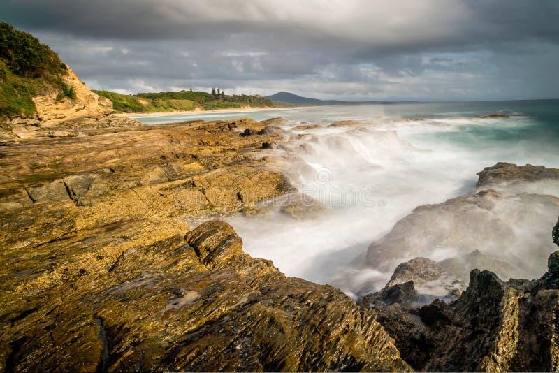 Segla utmed kusten i Nambucca huvud i New South Wales, Australien, långt exponeringsskott royaltyfri foto