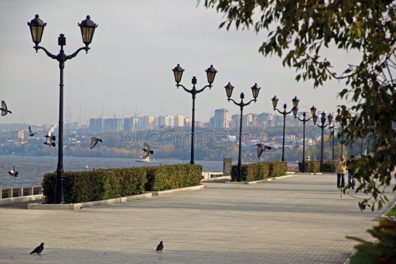 Segla utmed kusten i staden av samaraen, rysk federation arkivfoto