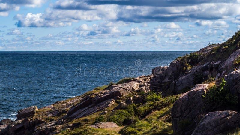 Segla utmed kusten linjen av den nordliga delen av den danska ön Bornholm arkivfoto