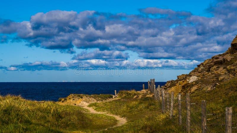 Segla utmed kusten linjen av den nordliga delen av den danska ön Bornholm arkivbilder