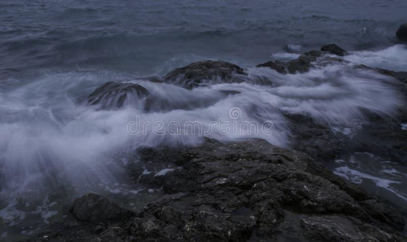 Segla utmed kusten och skyen fotografering för bildbyråer