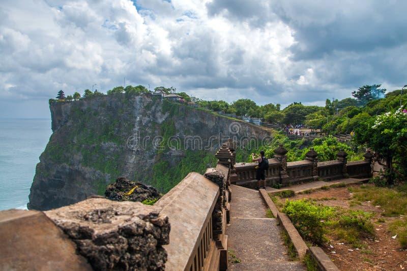 Segla utmed kusten på templet av Uluwatu på Bali, indonesia arkivbilder