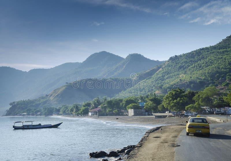 Segla utmed kusten stranden och fartyget nära dili i Östtimor leste fotografering för bildbyråer