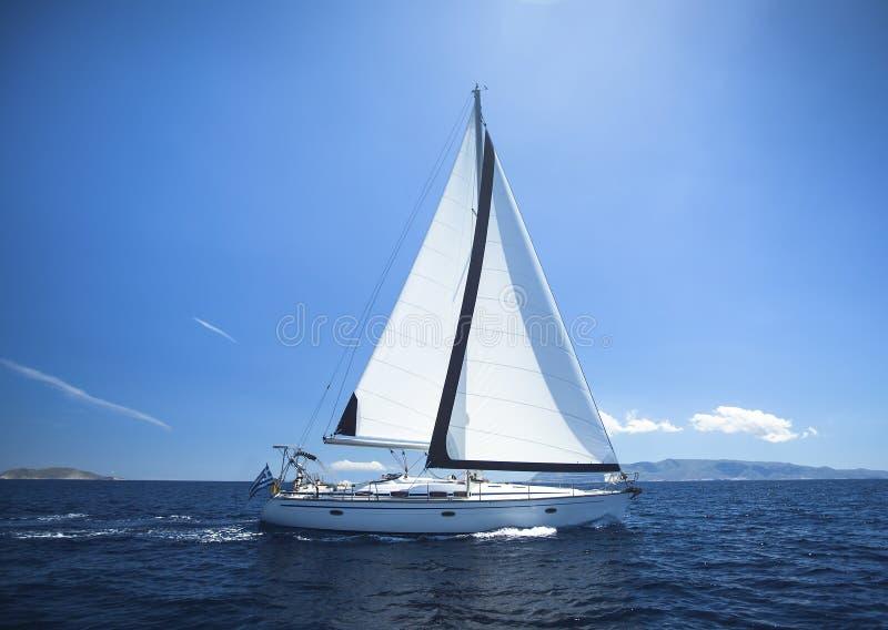 Segla yachten från segla regattaloppet på havet för blått vatten lyx arkivfoton