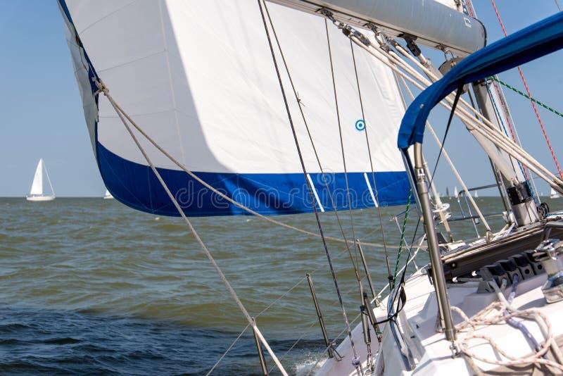 Segla yachten i det öppna havet fotografering för bildbyråer