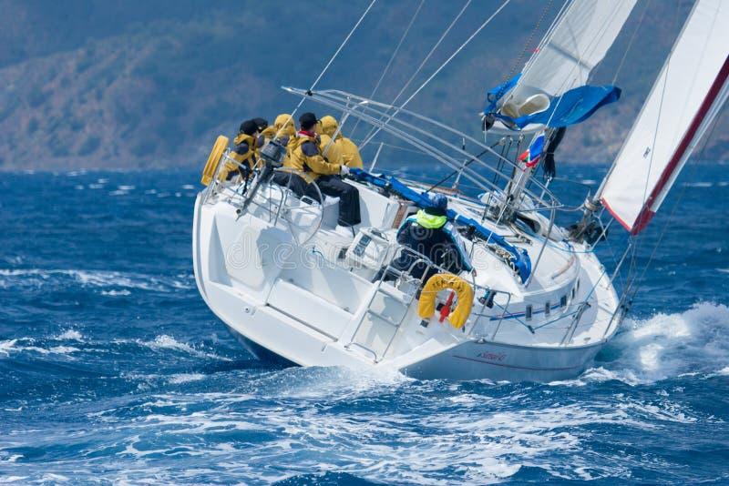 Segla yachten på medelhavet royaltyfri fotografi