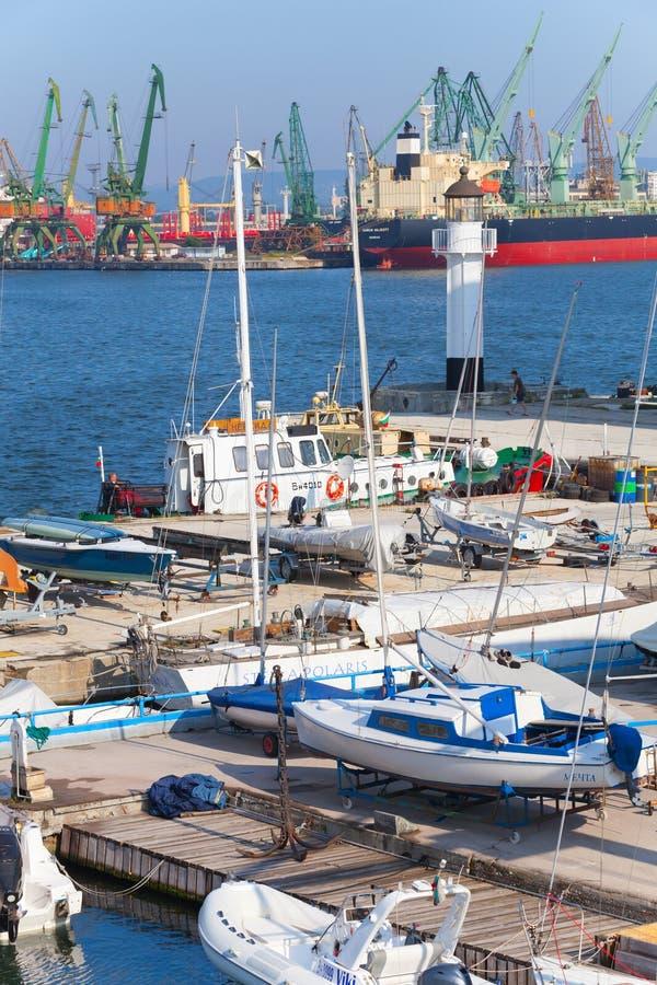 Segla yachter och fartyg står i port av Varna, Bulgarien arkivfoto