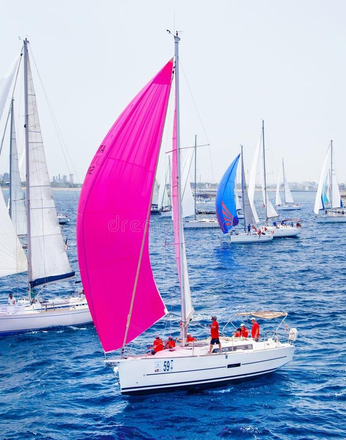 Segla yachter under regatta Brindisi Korfu 2019 arkivfoto