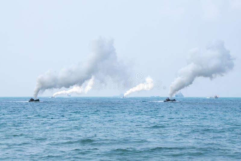 Seglar amfibiska medel för anfall av Sydkorea längs havet under militärövning för multinationellt företag för kobraguld 2018 arkivfoton