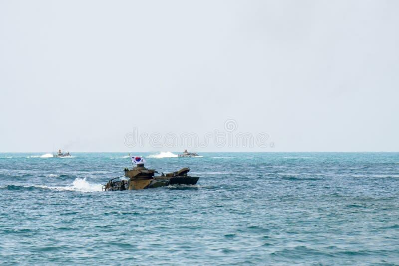 Seglar amfibiska medel för anfall av Sydkorea längs havet under militärövning för multinationellt företag för kobraguld 2018 fotografering för bildbyråer