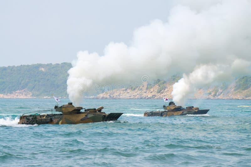 Seglar amfibiska medel för anfall av Sydkorea längs havet under militärövning för multinationellt företag för kobraguld 2018 arkivbilder