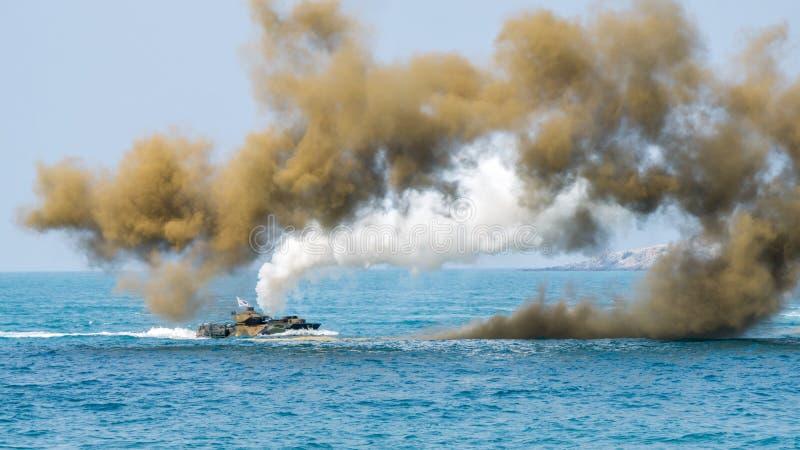 Seglar det amfibiska medlet för anfall av Sydkorea längs havet under militärövning för multinationellt företag för kobraguld 2018 royaltyfri bild