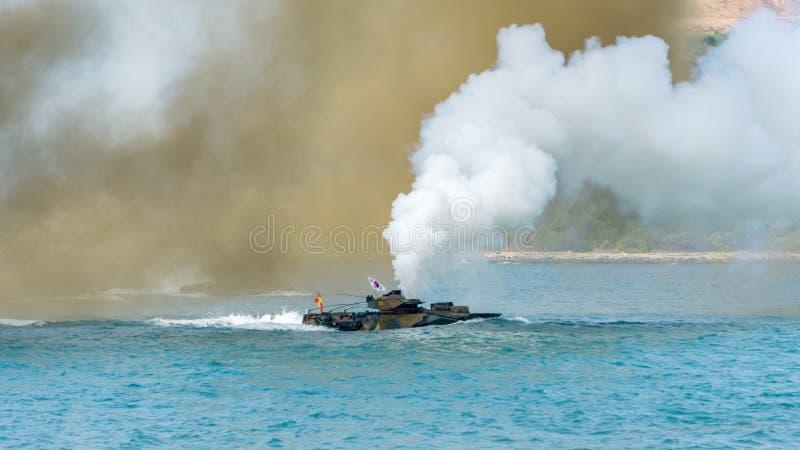 Seglar det amfibiska medlet för anfall av Sydkorea längs havet under militärövning för multinationellt företag för kobraguld 2018 arkivbild
