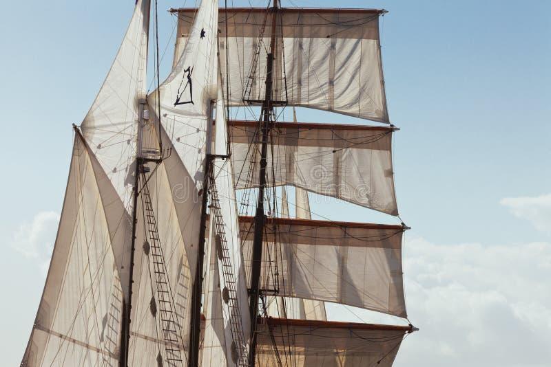 Seglar och riggningdetaljer av den Barquentine yachten arkivfoton