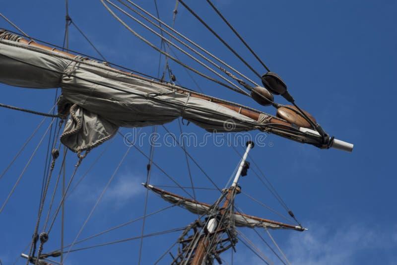 Seglar på en främre topmast av den retro fregatten för seglingskeppet fotografering för bildbyråer