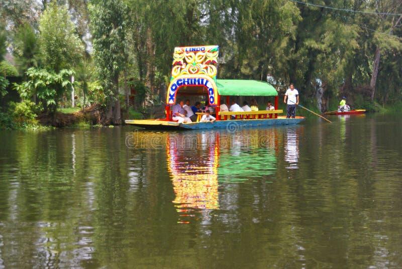 Segler, der hell farbiges Boot poling ist lizenzfreie stockfotografie