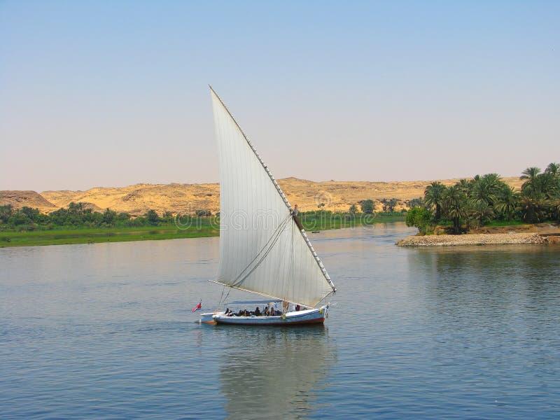 segling för fartygfalucanile flod arkivbild