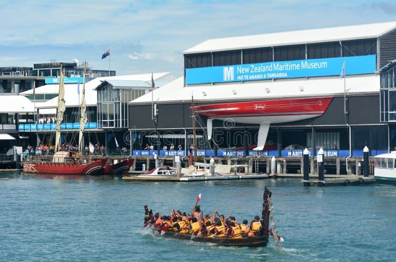 Segling för maoriwakaarv utanför nyazeeländskt maritimt museum royaltyfria bilder
