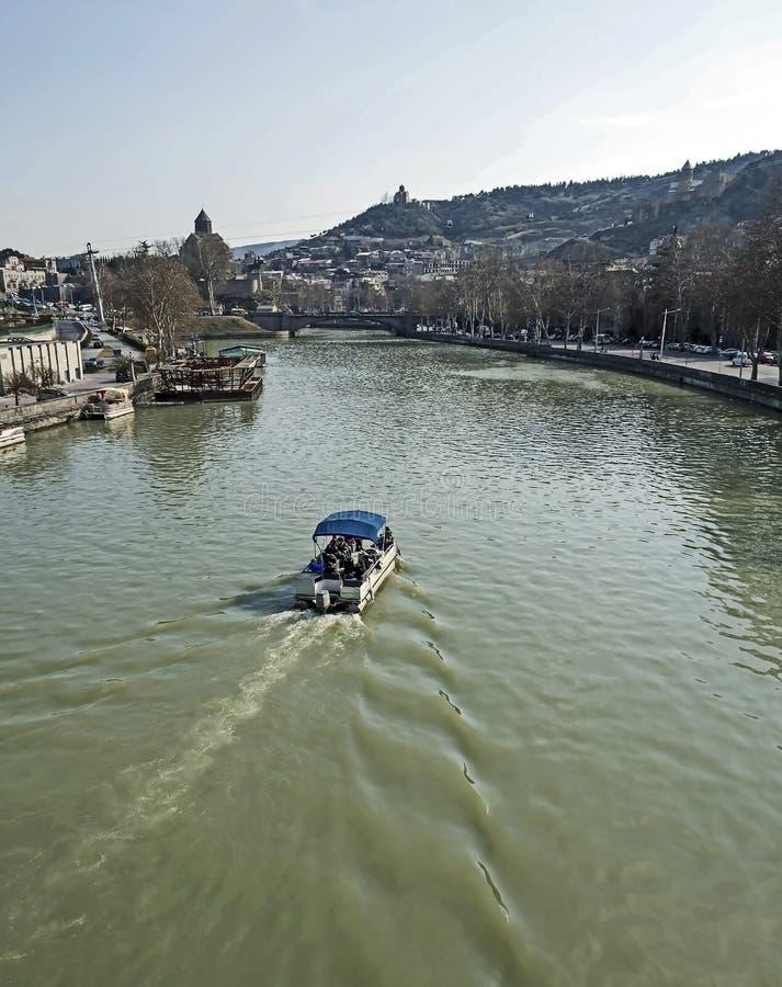 Segling för nöjefartyg över Kuraet River i Tbilisi arkivfoton
