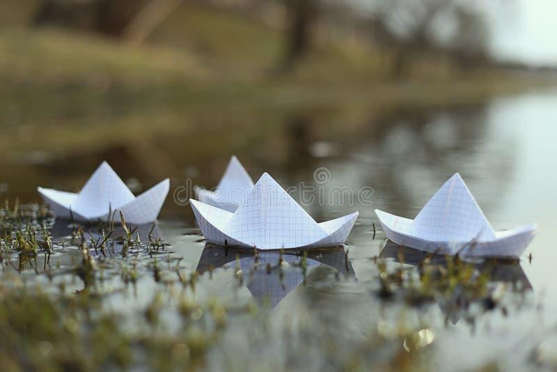 Segling för origamipappersskepp i floden arkivbilder