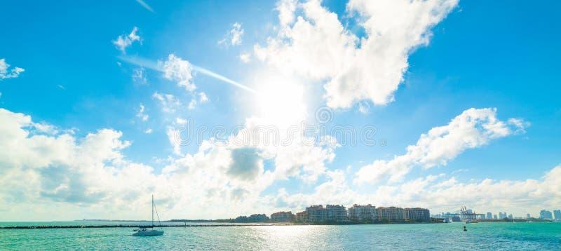 Segling i den Miami Beach fjärden under en ljus sol royaltyfri foto