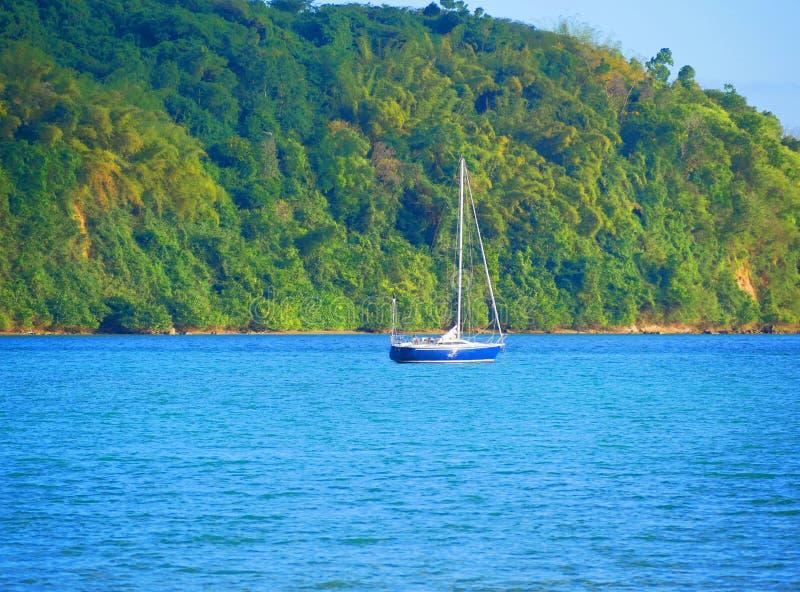 Segling i det karibiska havet på båten med synonymt berg - Jamaica royaltyfria foton